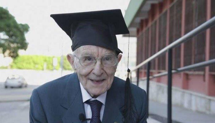 ٹائپ رائٹر پر کام کر کے تاریخ اور فلسفے کی ڈگری لینے والا دنیا کا معمر ترین شاگرد