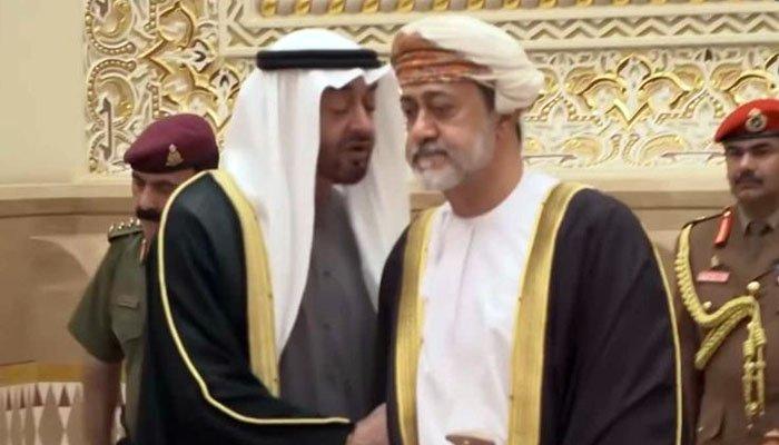 سلطنت عمان کے نئے سلطان ہیثم بن طارق کے ابو ظہبی کے حکمران شیخ محمد بن زید سے ہاتھ نہ ملانے کی ویڈیو سوشل میڈیا پر وائرل ہوگئی۔